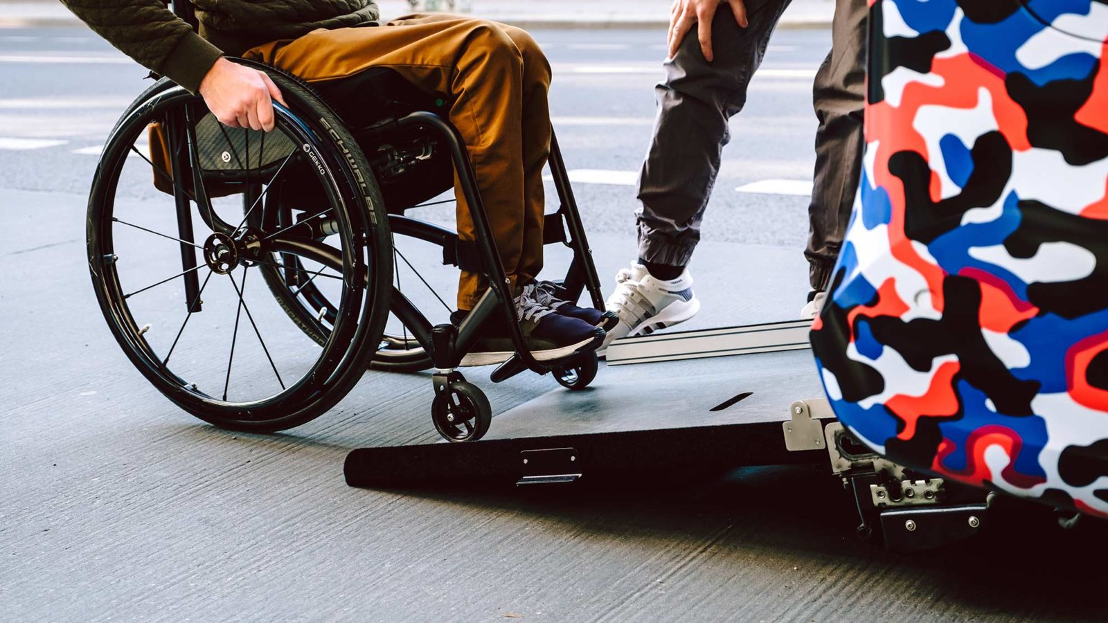 Rollifahrer beim Einfahren in ein Behindertenfahrzeug